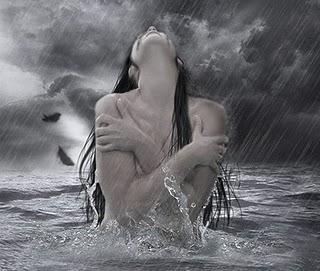 mulher nua chuva