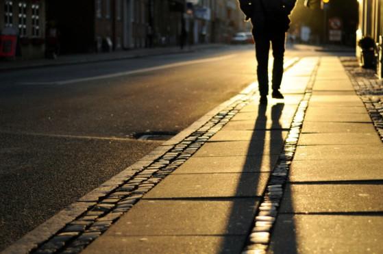 homem-andando-na-rua-1024x680